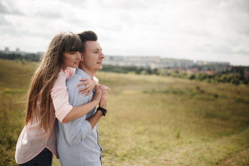 笑愉快的年轻的夫妇拥抱和户外 : o 库存图片