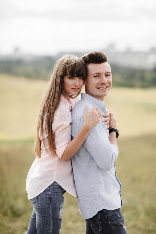 笑愉快的年轻的夫妇拥抱和户外 : o 免版税图库摄影