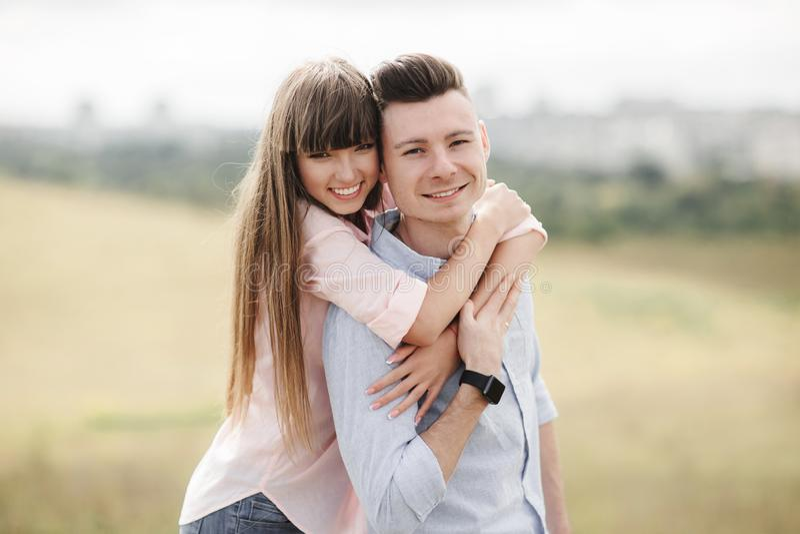 笑愉快的年轻的夫妇拥抱和户外 : o 库存照片
