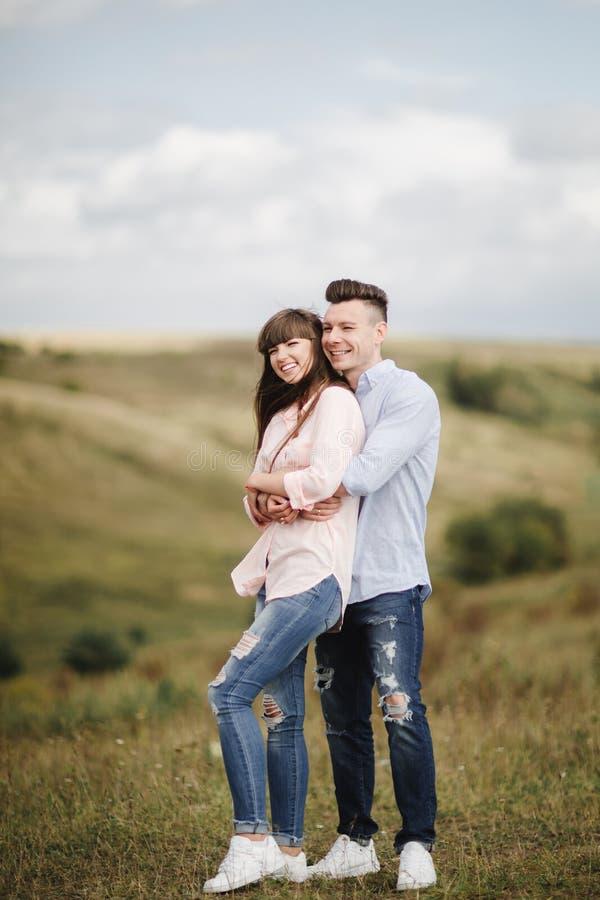 笑愉快的年轻的夫妇拥抱和户外 : o 免版税库存照片