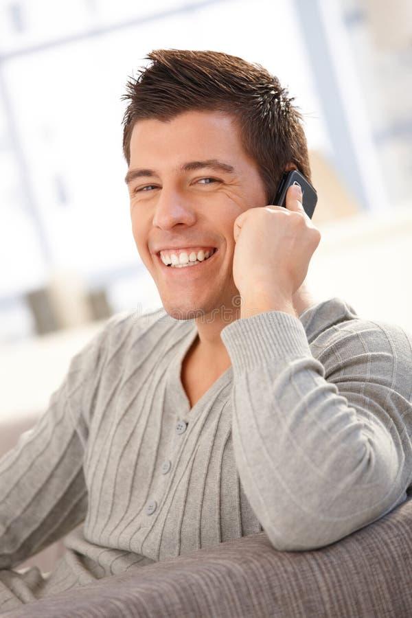 笑的人纵向发表演讲关于移动电话 免版税库存照片