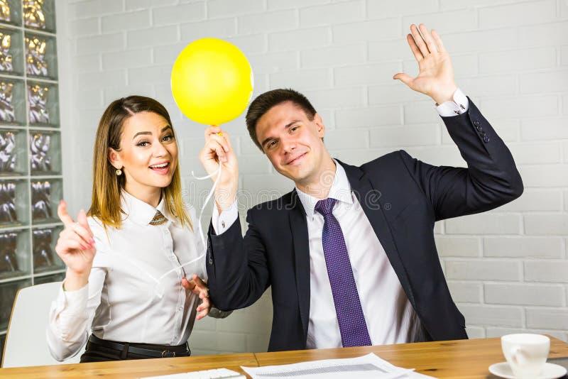 笑的偶然商人和假日在办公室 免版税库存图片