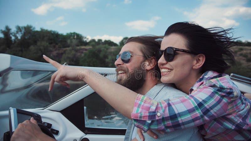 笑的夫妇帆船 免版税库存图片