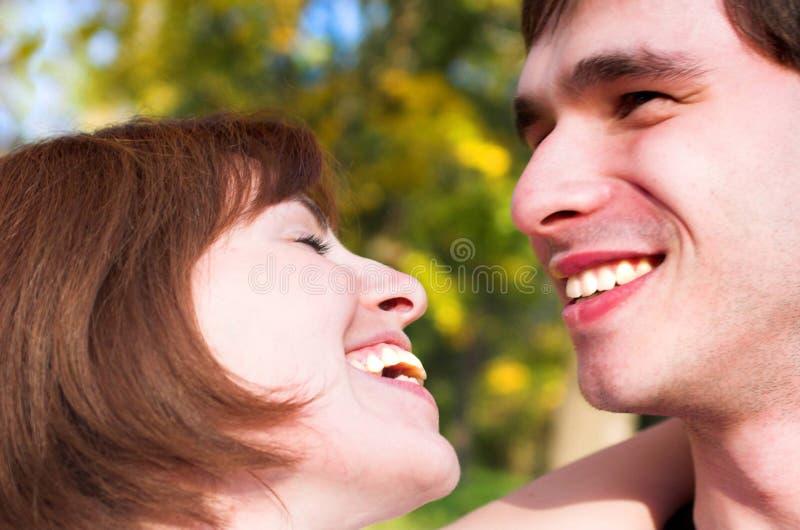 笑的夫妇 库存图片