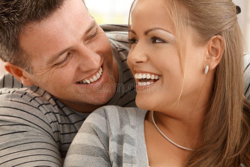 笑的夫妇 免版税库存图片