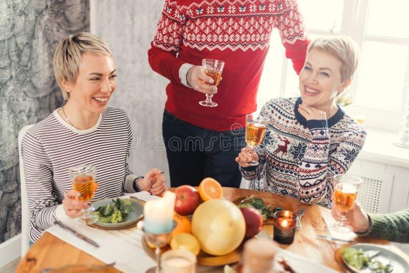 笑的妇女在家庆祝新年 免版税库存图片