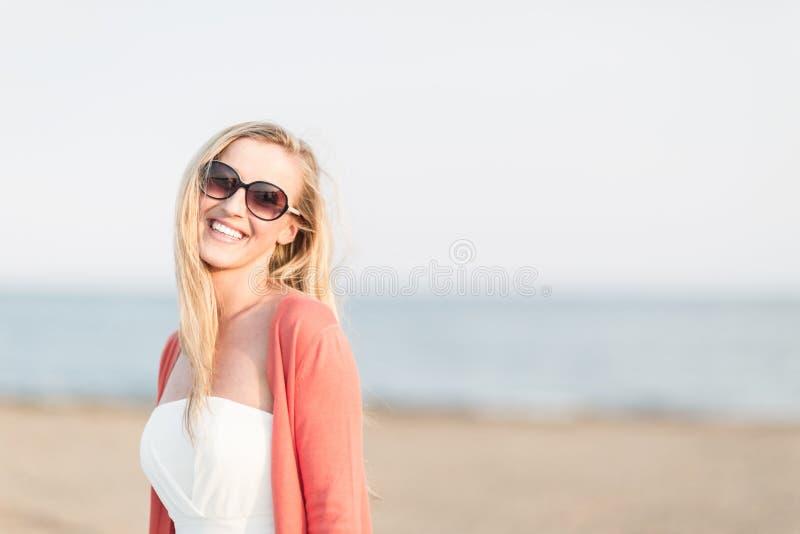 笑的妇女在海边 免版税图库摄影