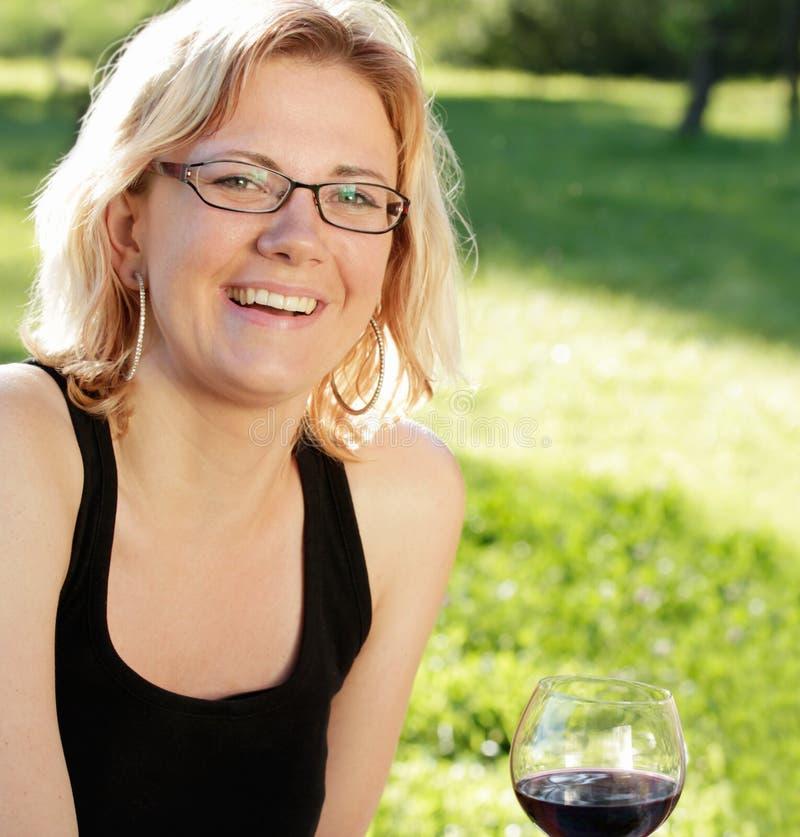 笑的妇女年轻人 免版税库存图片