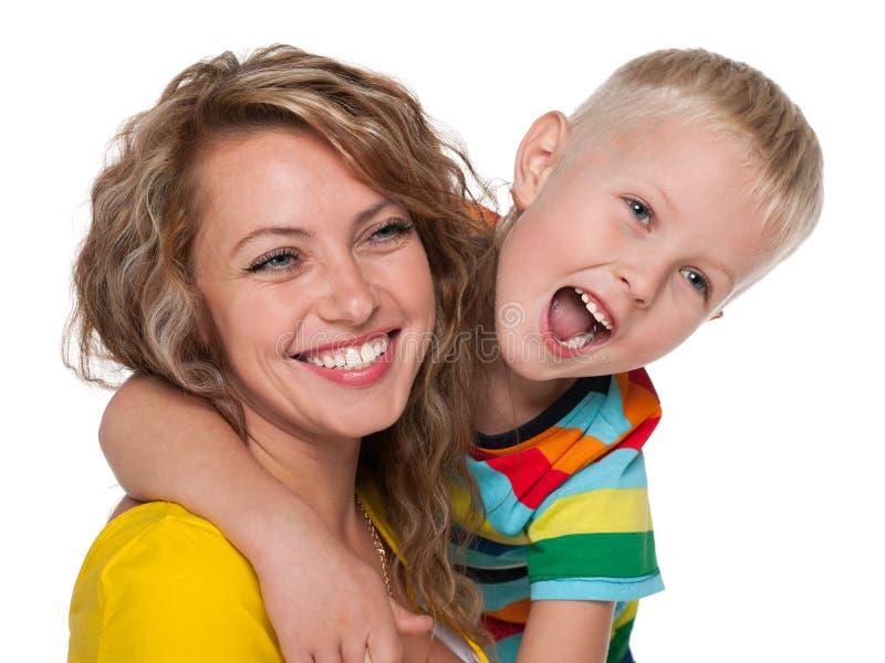 笑的小男孩和他的母亲 图库摄影