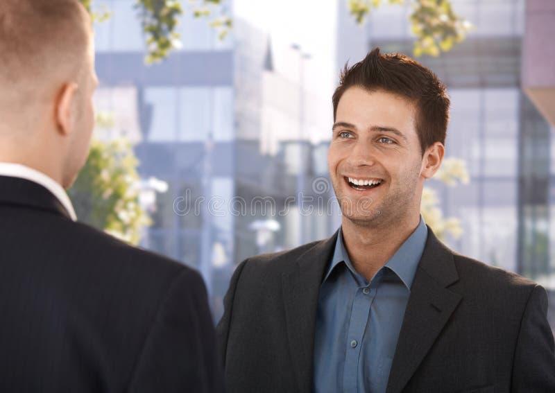 笑的工友在办公室外面 免版税库存照片