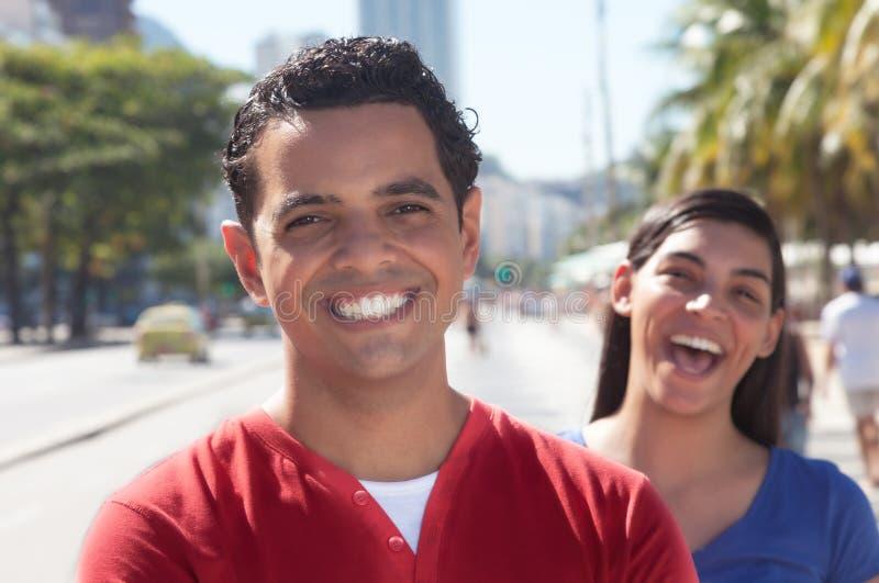 笑的拉丁夫妇在城市 库存图片