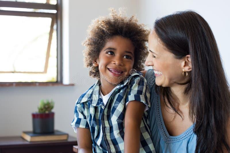 笑的母亲儿子 免版税库存照片