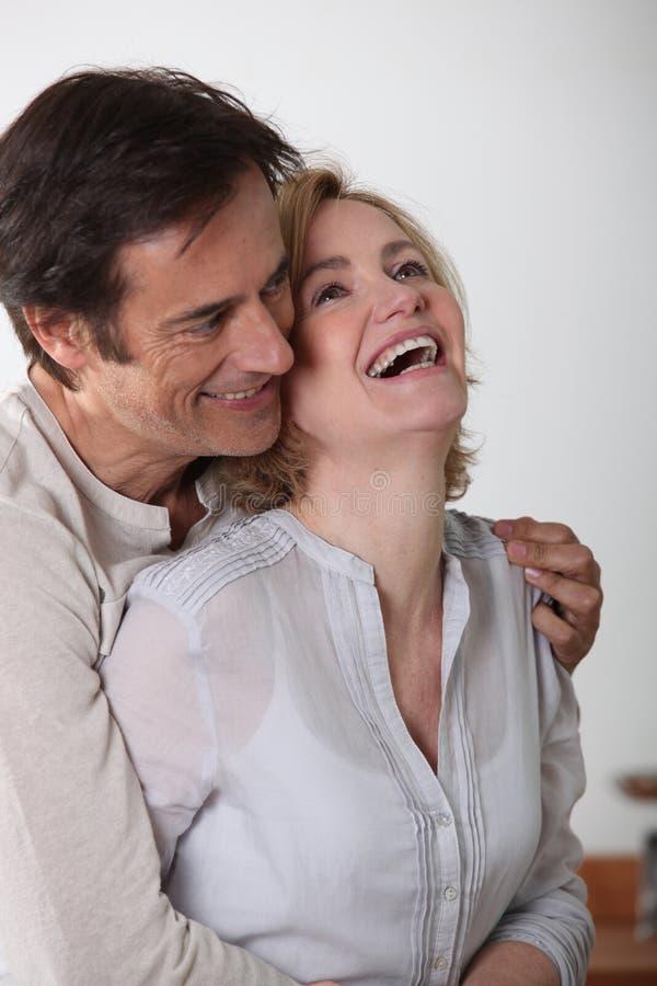 笑的爱恋的夫妇 免版税库存图片