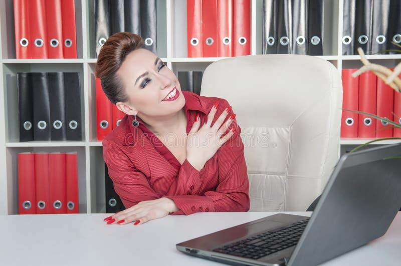 笑的疯狂的女商人在办公室 图库摄影