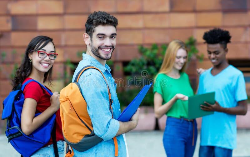 笑的白种人男性和讨厌的女生 免版税图库摄影