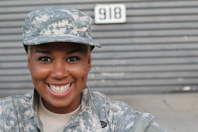 笑的退伍军人微笑和 军事的非裔美国人的妇女 免版税库存照片
