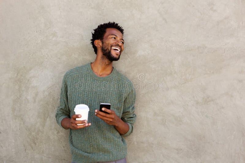 美国人���.��l_download 笑的非裔美国人的人用咖啡和手机 库存照片.