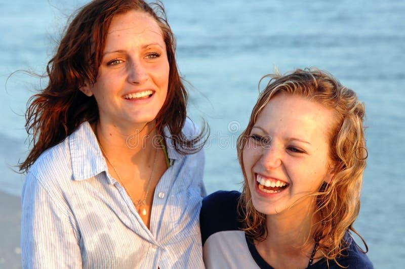 笑相当青少年的海滩表面 库存照片
