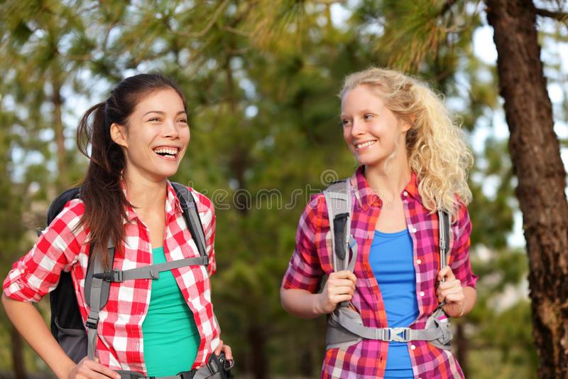 笑远足的健康生活方式妇女在森林里 库存照片