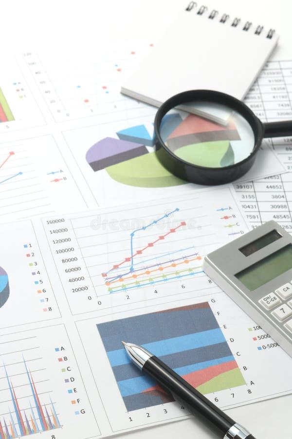 笔、企业项目和商业文件与数字和图 免版税库存图片