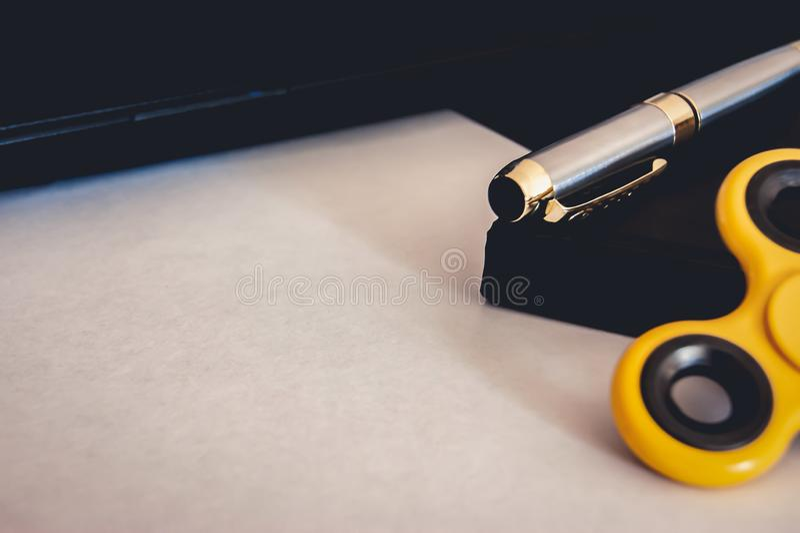 笔、锭床工人和笔记本在纸片 库存图片