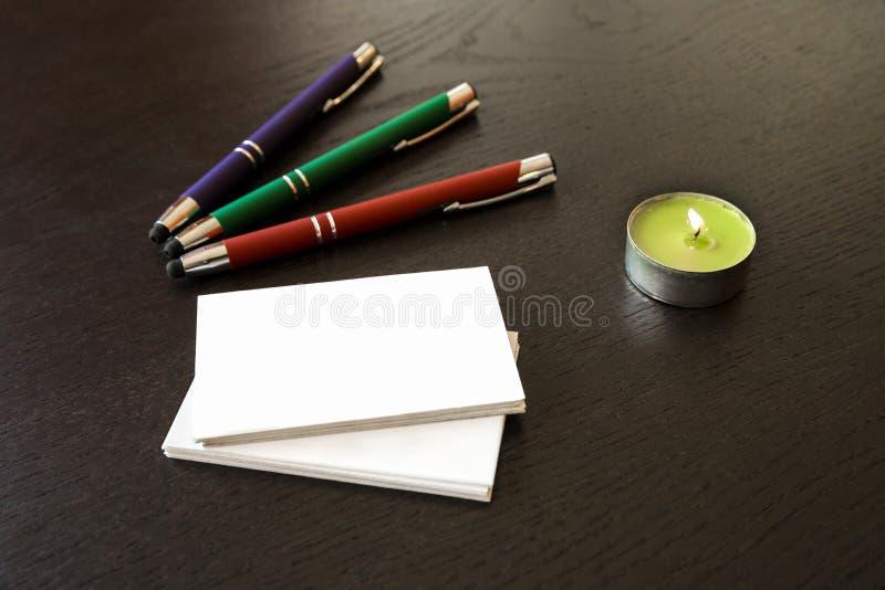 笔和名片 免版税库存照片