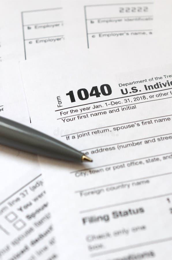 笔在报税表1040 U说谎 S 单独所得税浸泡 库存图片