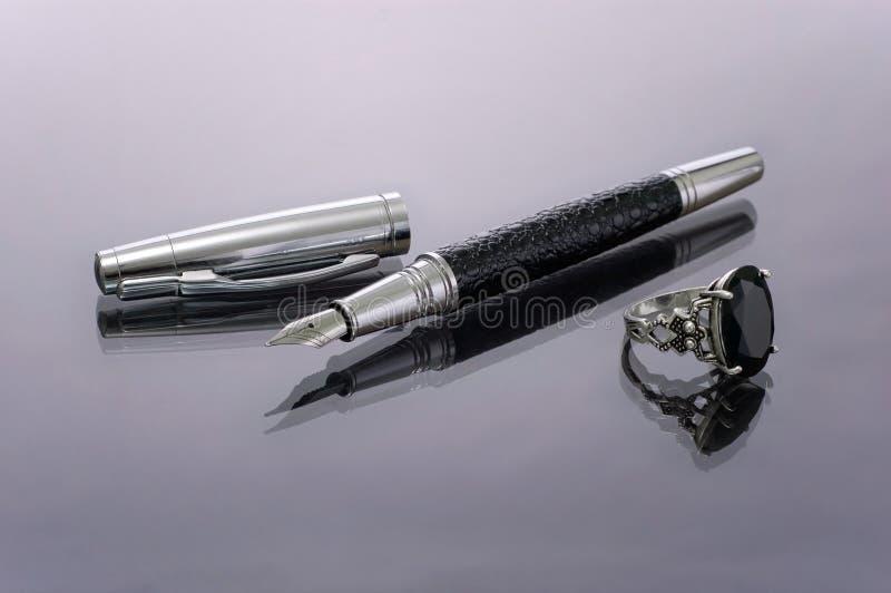 笔被采取的环形银技巧 库存图片
