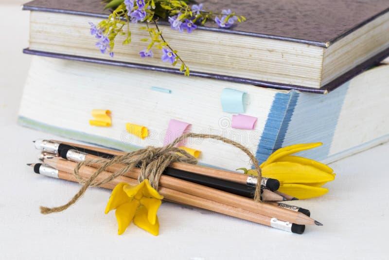 笔记本、字典学生书和铅笔研究的 免版税图库摄影