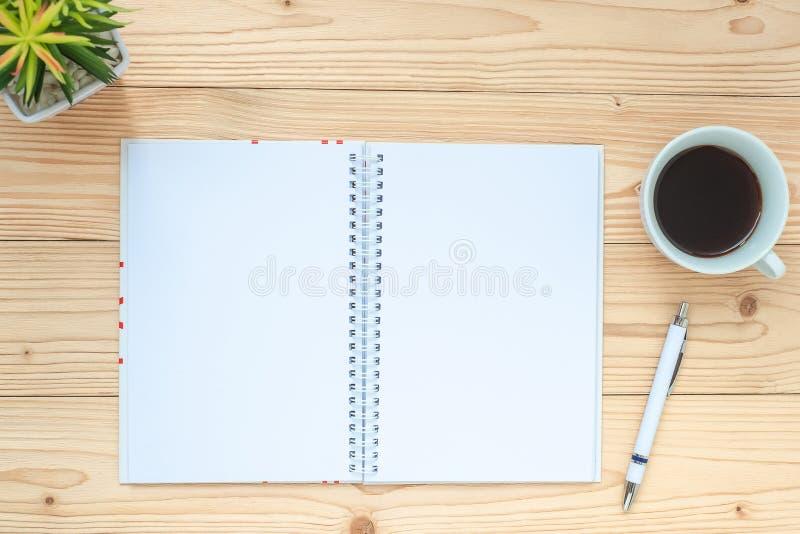 笔记本、无奶咖啡杯子、笔和玻璃在桌上,顶视图和拷贝空间 目标、目标、解答、战略和使命 免版税库存照片
