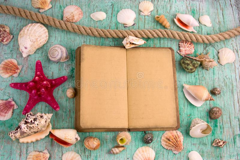 笔记本、海壳的铅笔和汇集,夏天启发背景 库存图片