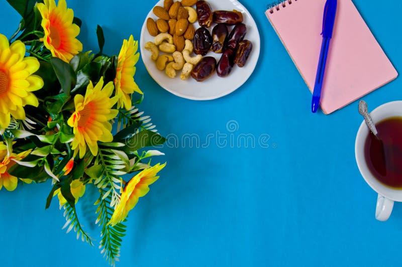 笔记本、笔、花和一杯茶,女性工作场所 免版税库存照片
