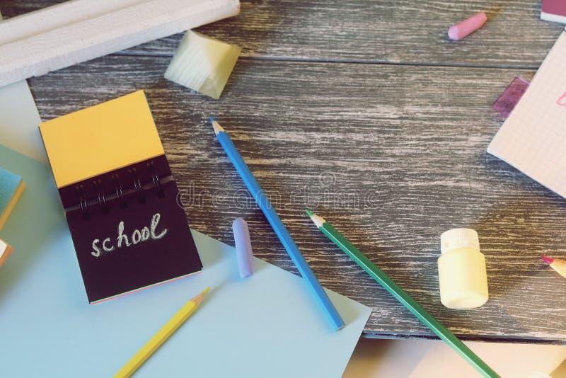 笔记本、艺术和文具材料,在一张木桌上的一个框架 库存图片