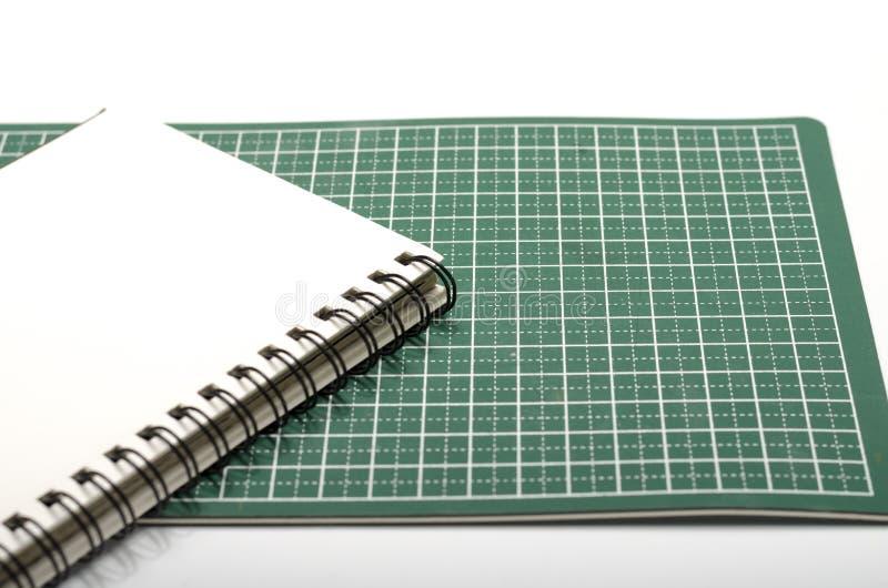 笔记本和切口席子 免版税库存照片