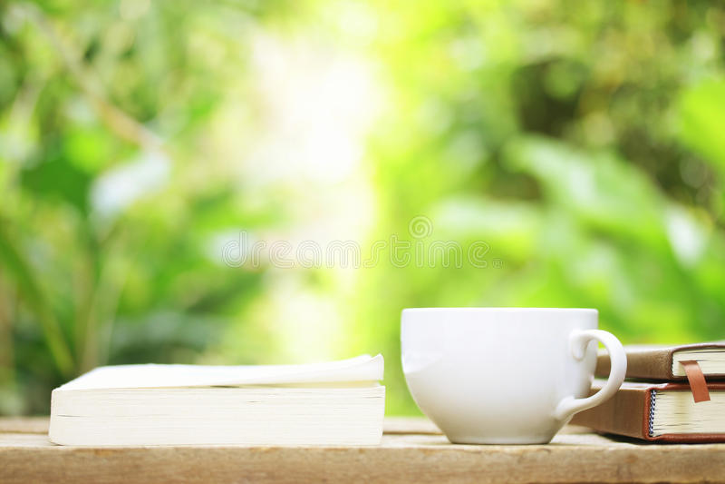 Download 笔记本和咖啡在木桌上 库存图片. 图片 包括有 夏天, ,并且, 工厂, 信息, 线路, 杯子, 空白的 - 62537675