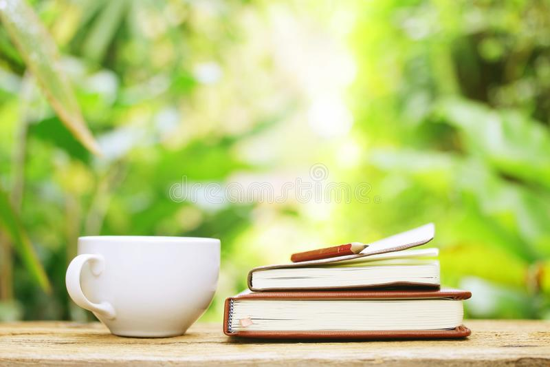 Download 笔记本和咖啡在木桌上 库存照片. 图片 包括有 商业, 夏天, 杯子, 空白的, 文件, 日志, 教育, 会议 - 62539192