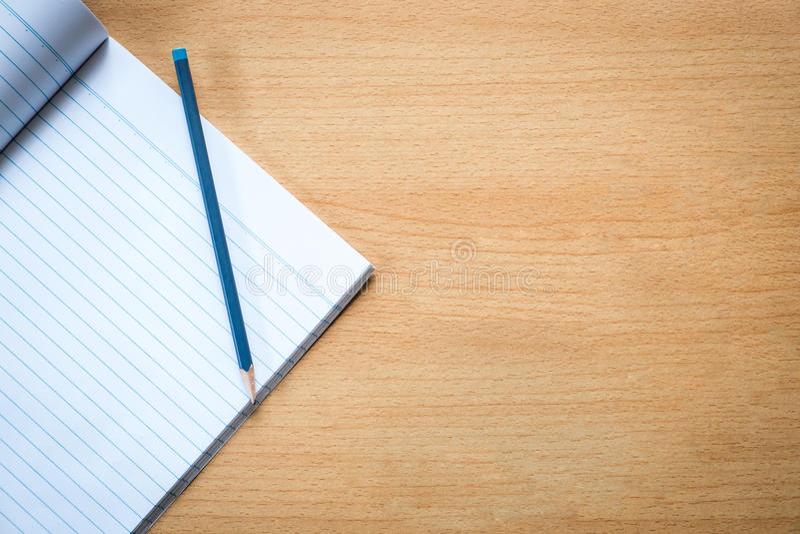 笔记本和铅笔,顶视图 免版税库存图片