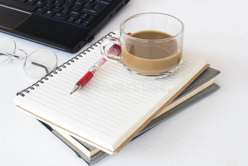 笔记本计划者和计算机办公用品 免版税库存图片