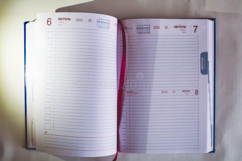 笔记的一个笔记本 与书签的书 圆珠笔 库存照片