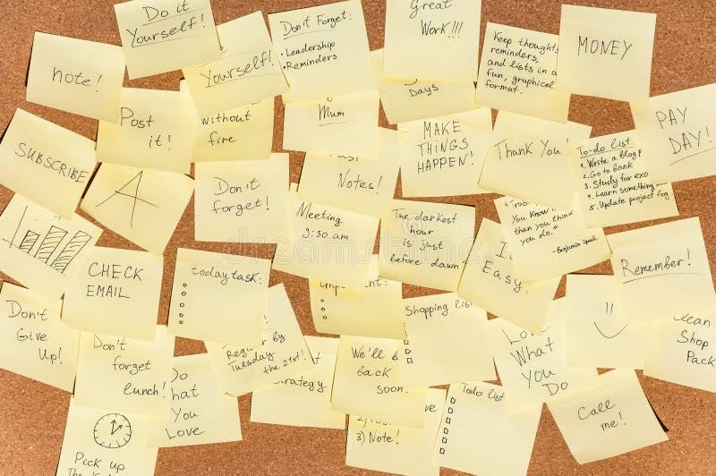 笔记的很多贴纸与在黄柏的文本上 免版税库存照片