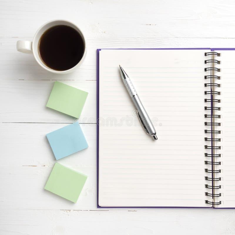 笔记薄和咖啡杯 库存图片