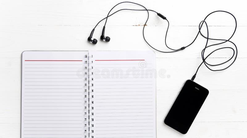 笔记薄和手机 免版税库存图片