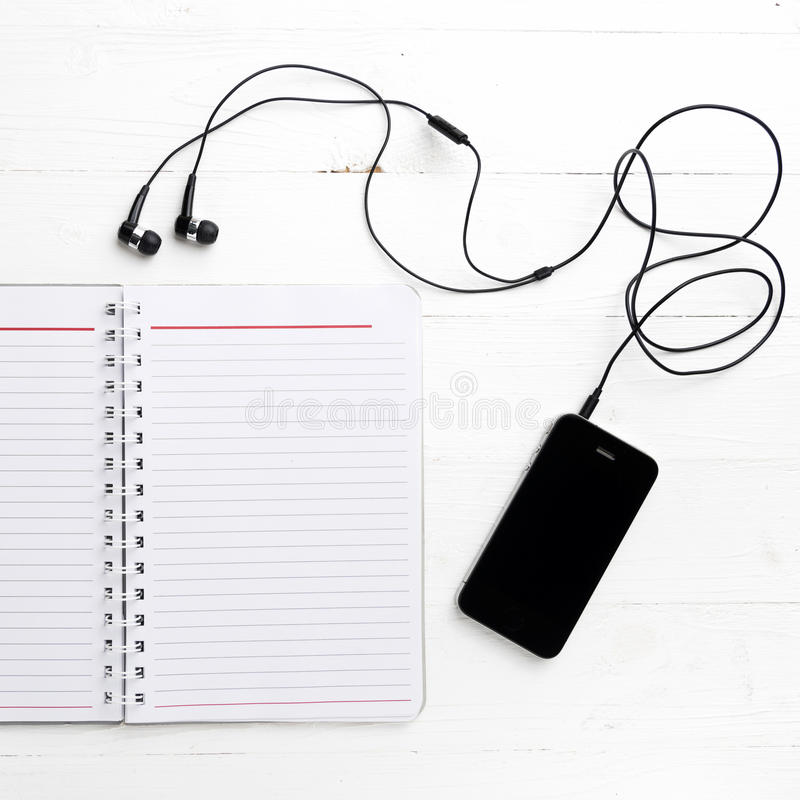 笔记薄和手机 免版税图库摄影