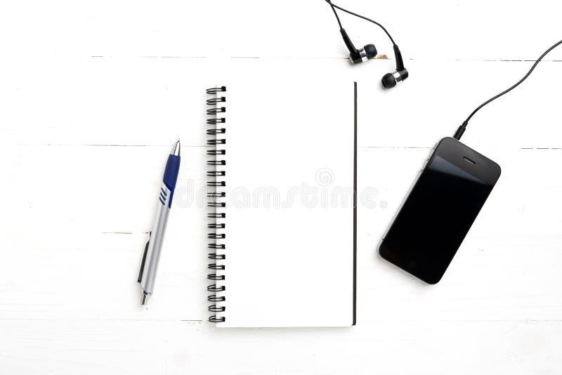 笔记薄和手机 免版税库存照片