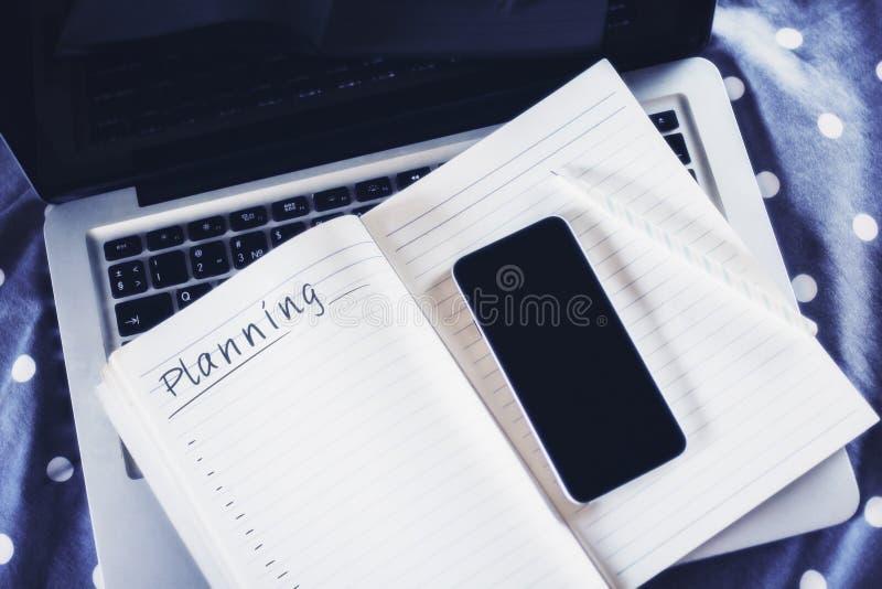 笔记薄和手机 图库摄影