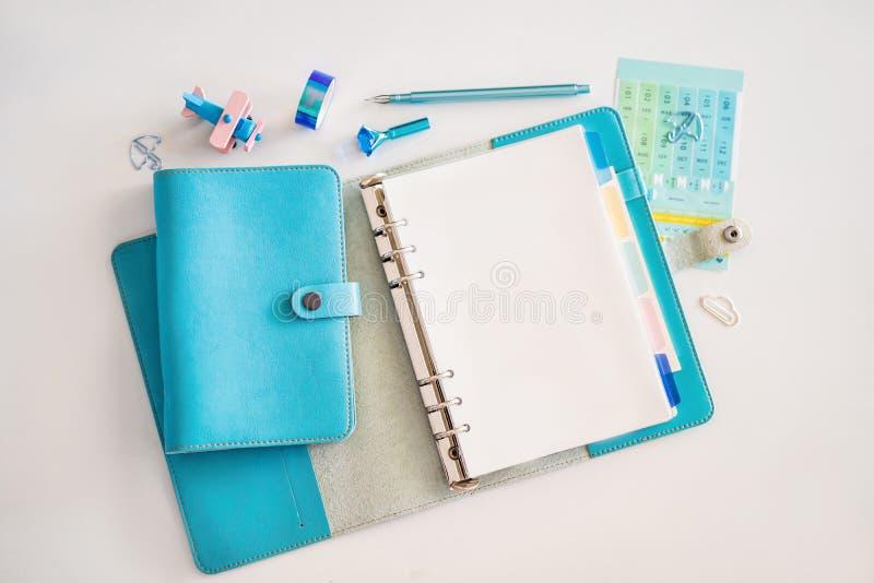 笔记薄和文具在白色背景 r r 图库摄影