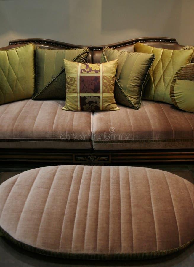 符合沙发的椅子绿色家庭内部 库存照片