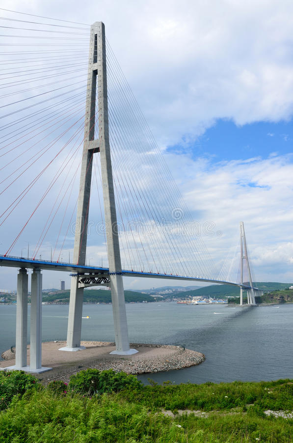 符拉迪沃斯托克,俄罗斯,缆绳被停留的桥梁到俄国海岛 免版税库存图片