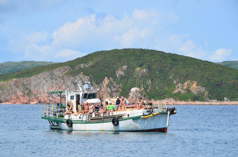 符拉迪沃斯托克,俄罗斯, 2017年9月, 02日 人们获得了小船一个假日到Klykov海岛在9月 库存照片