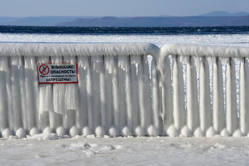 符拉迪沃斯托克,俄罗斯,2018年12月,30日 海滩'周年纪念'尤比列伊内的被盖的冰篱芭 库存照片